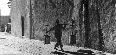 A water carrier in the suq in the 1950s – courtesy of Mohammad Naseer